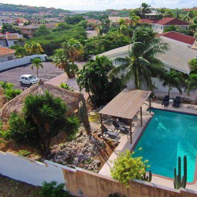 Bantop tropische tuin met een groot zwembad
